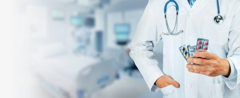 Doktor Hand Holding Pack av olika preventivpillerblåsor Lagligt apotek arkivfoto