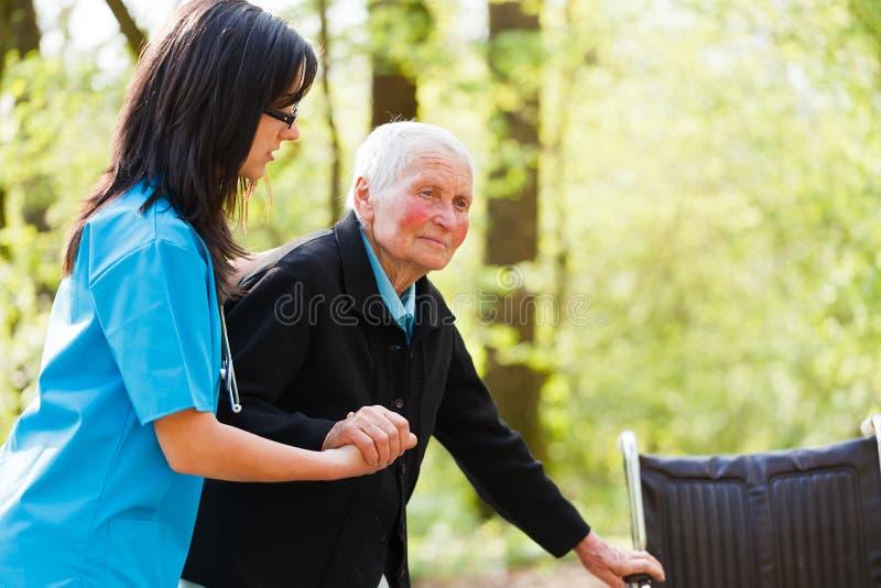 Doktor Helping Elderly lizenzfreies stockfoto