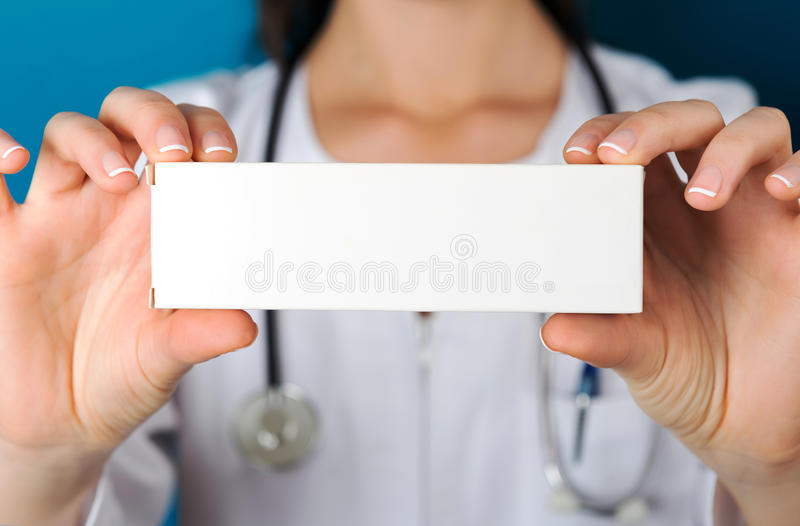 Doktor Holding ein Medizin-Paket lizenzfreies stockfoto