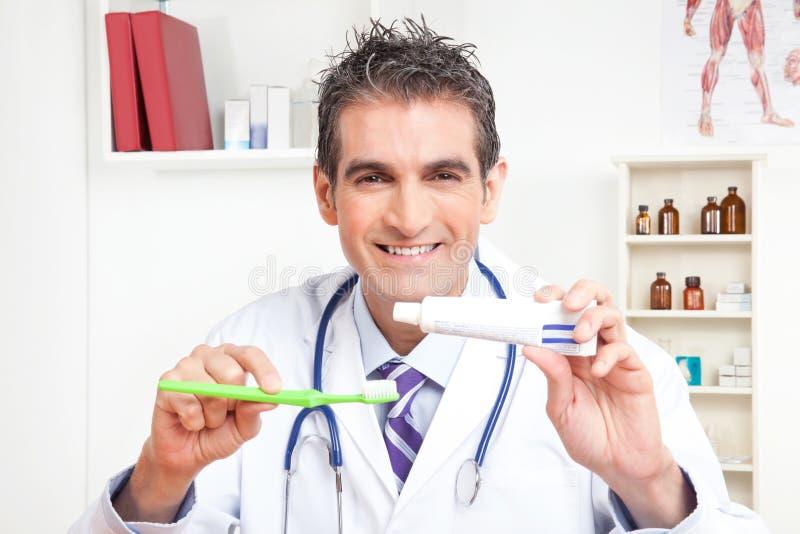 Doktor Holding Tooth Brush und Zahnpasta stockfotos