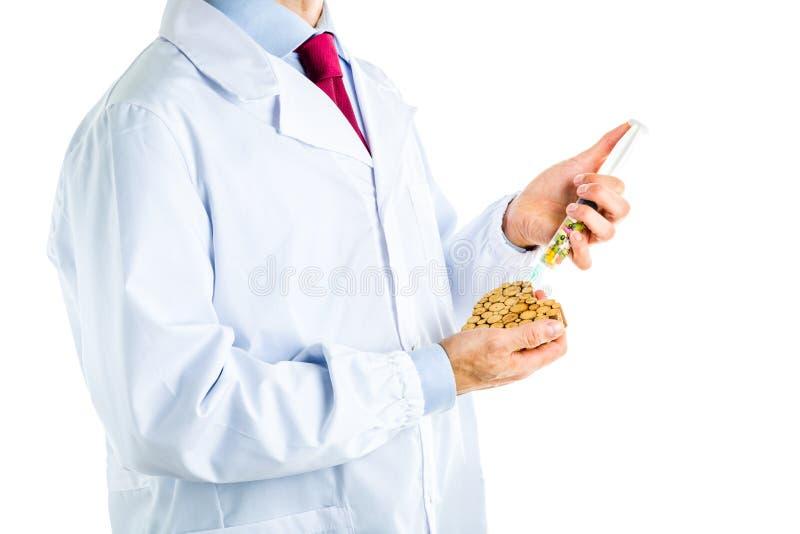 Doktor i det vita laget som gör en injektion till trähjärta fotografering för bildbyråer