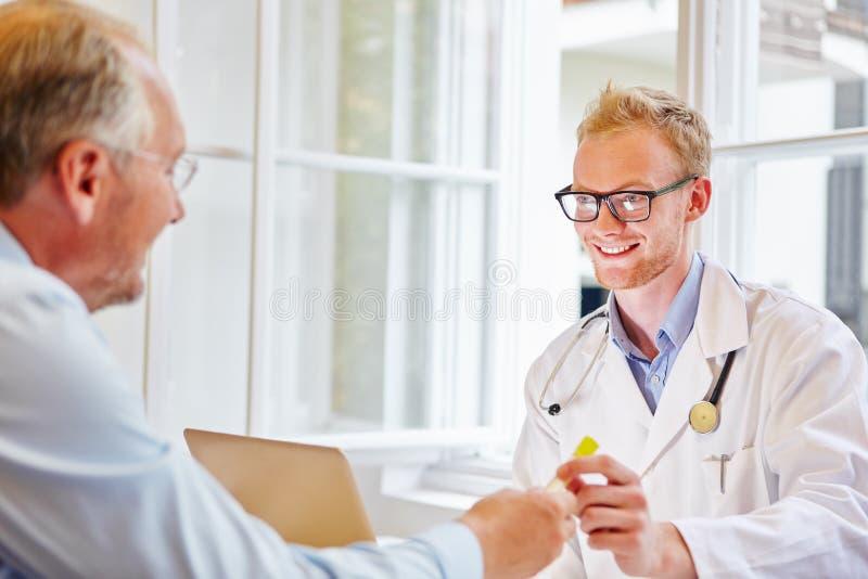 Doktor i konsultation med patienten royaltyfria bilder
