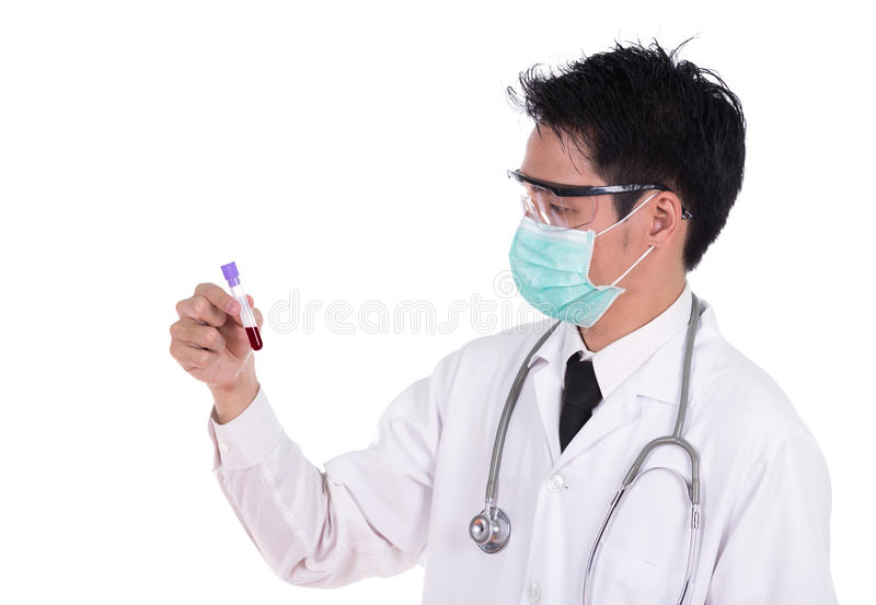 Doktor i maskeringsforskning per exponeringsglas för medicinskt prov med blod royaltyfria bilder