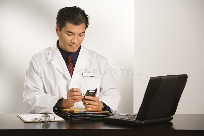 Doktor im Büro. stockbilder