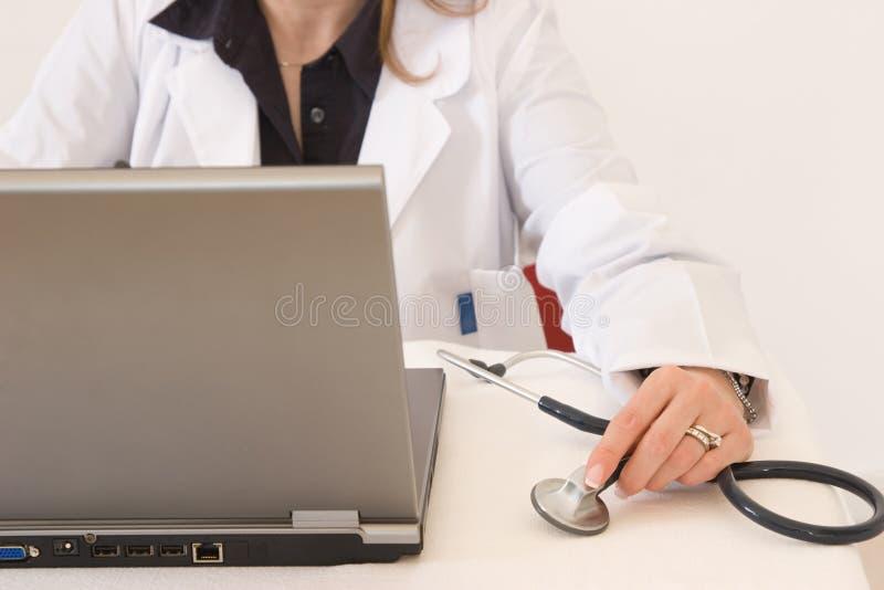Doktor im Büro stockfotografie