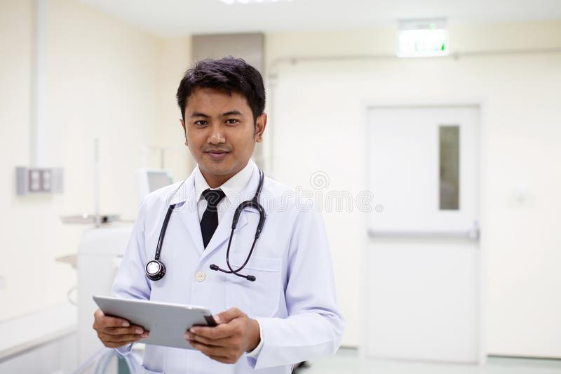 Doktor im Krankenhaus, das mit Tablet-Computer, das Konzept von h arbeitet lizenzfreie stockfotos
