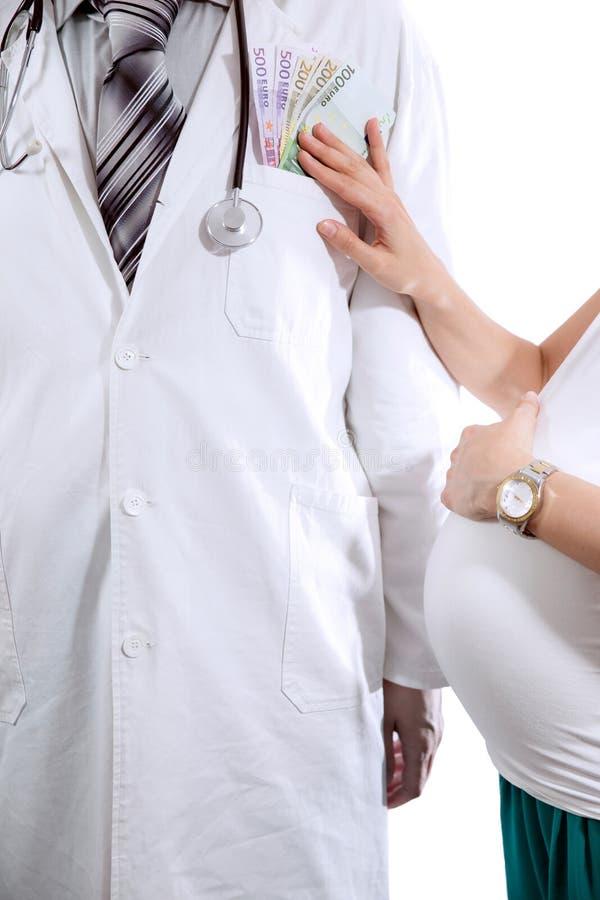 Doktor im weißen Mantel wird Geld angeboten stockfotos