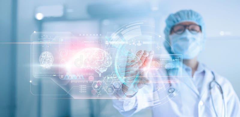 Doktor kirurg som analyserar den tålmodiga hjärnan som testar resultatet och mänsklig anatomi, dna på teknologiskt digitalt futur arkivfoton