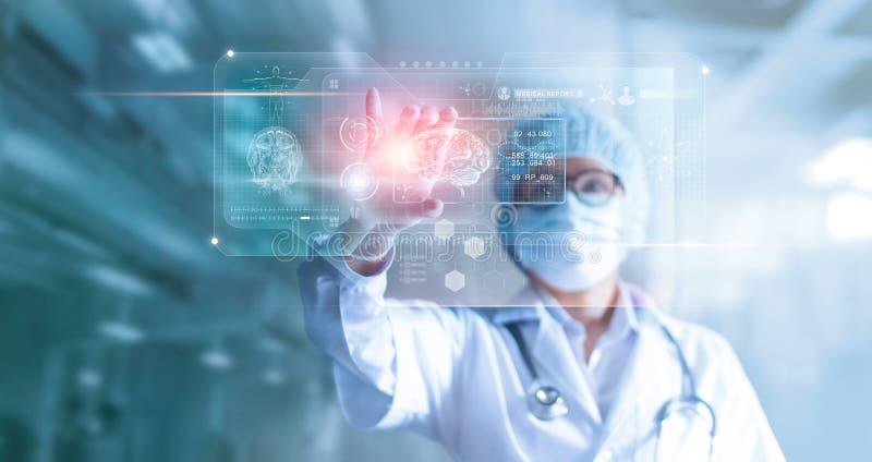 Doktor, kirurg som analyserar tålmodigt hjärnprovningsresultat, och människa royaltyfri bild