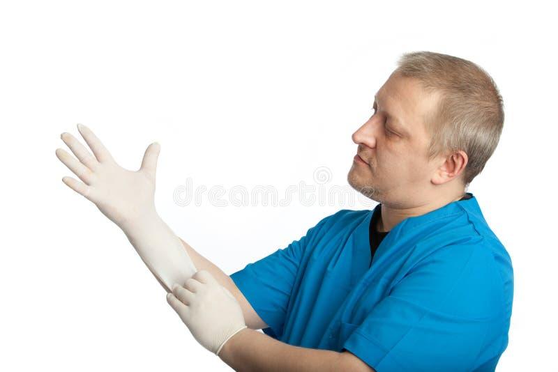 Doktor kleidet Gummihandschuhe stockbilder