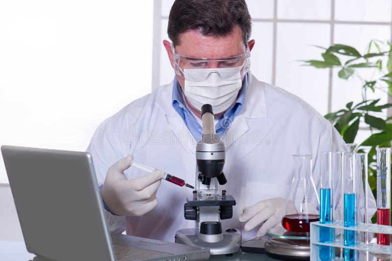Doktor am Labor stockfotos