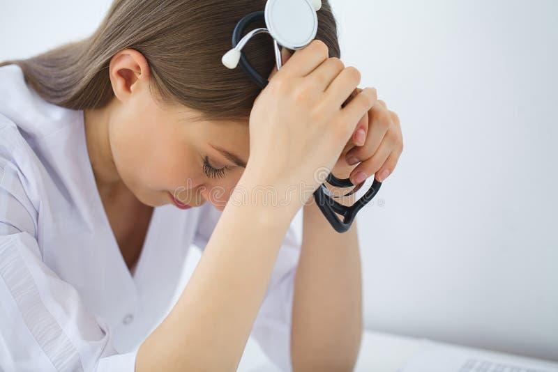 doktor Ledsen eller skriande kvinnlig sjuksköterska på sjukhuskontoret royaltyfri foto