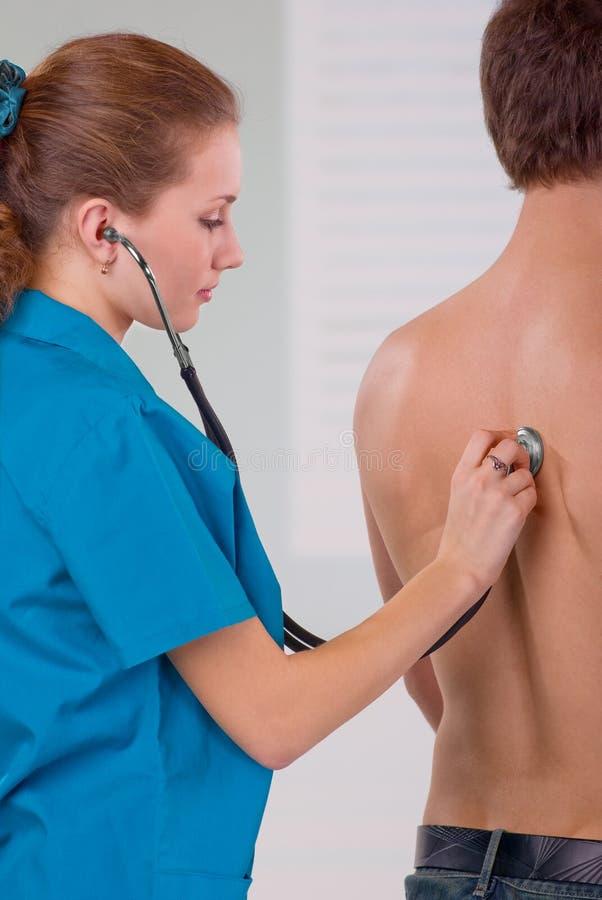 Doktor Listening zum Herzschlag lizenzfreies stockbild