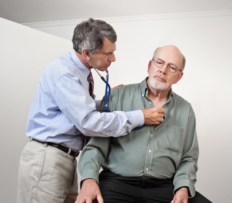 Doktor Listens zum Inneren des älteren Mannes lizenzfreie stockfotografie