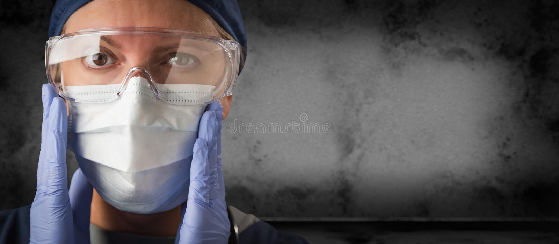 Doktor lub pielęgniarka nosząca żele, rękawiczki chirurgiczne i maskę twarzy na ciemnym tle obraz stock