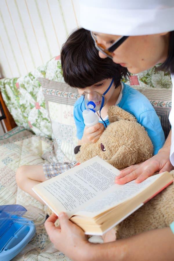Doktor macht die Kindereinatmung lizenzfreie stockfotos