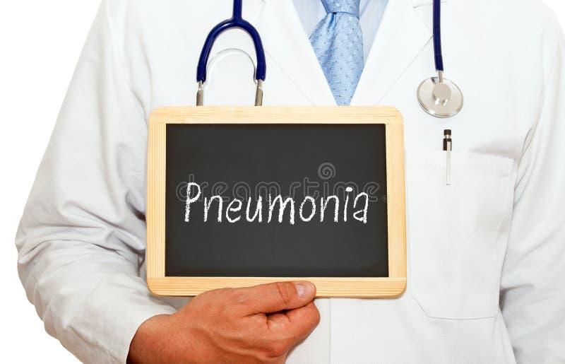 Doktor med den svart tavlan för lunginflammation royaltyfria bilder