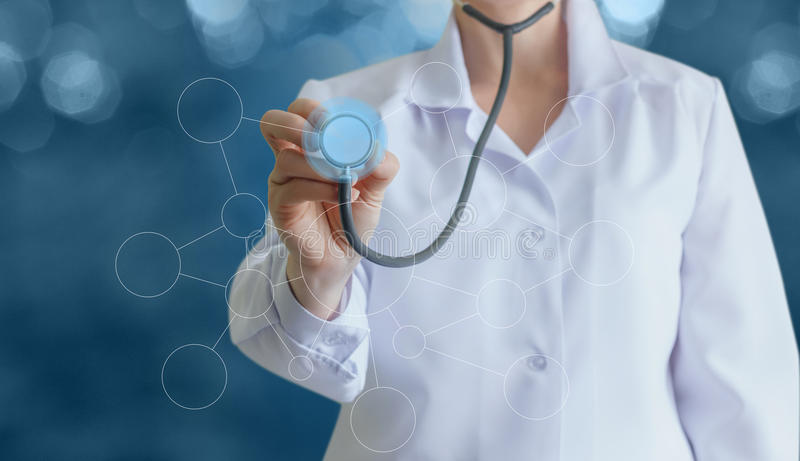 Doktor med en stetoskop i händerna fotografering för bildbyråer