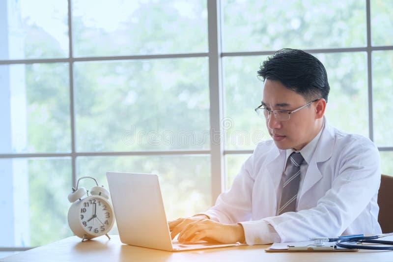 Doktor med funktionsduglig handstil för stetoskop på skrivbordsarbete med clipbo arkivbilder