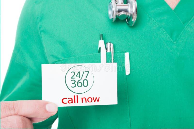 Doktor med kortet för affär för stetoskopinnehavappell nu fotografering för bildbyråer