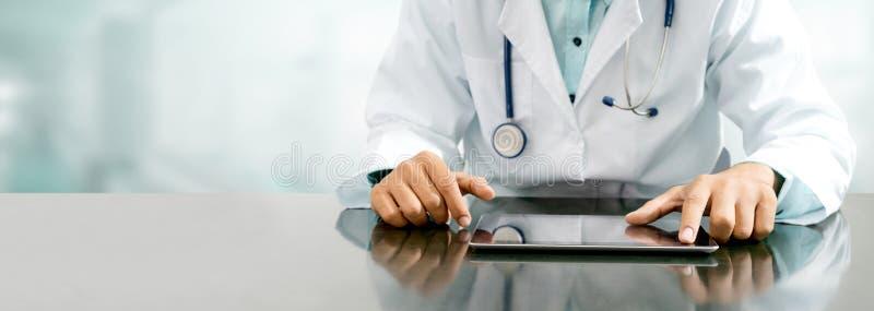 Doktor med minnestavladatoren på sjukhuskontoret arkivbild