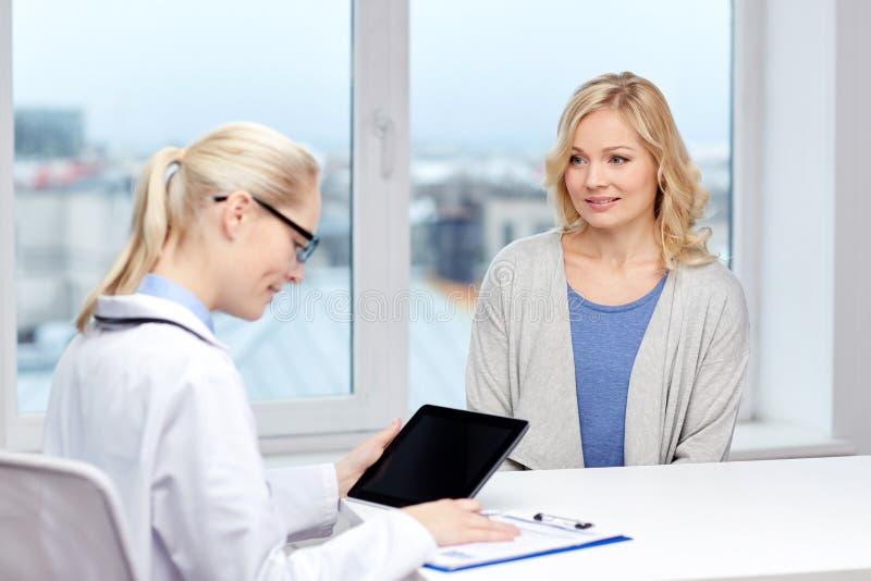 Doktor med minnestavlaPC och kvinna på sjukhuset arkivbilder