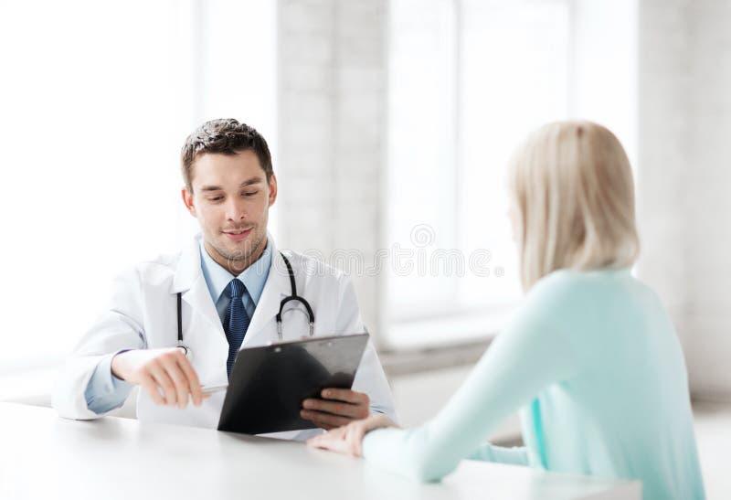 Doktor med patienten i sjukhus fotografering för bildbyråer