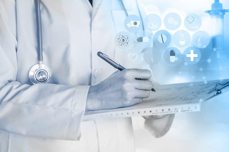 Doktor med stetoskopet på hans papper för halshandstilrecept på skrivplattan med modern medicinsk teknologibakgrund arkivfoto