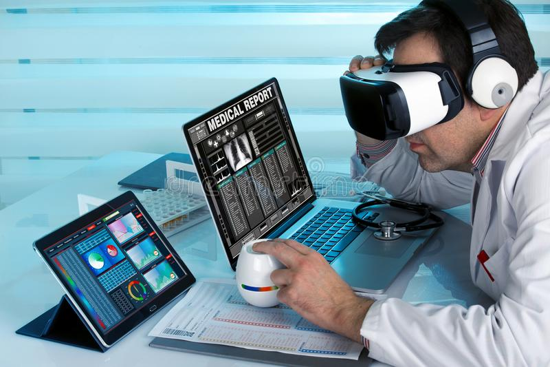 Doktor med virtuell verklighetvrexponeringsglas och datorer som in arbetar arkivbilder