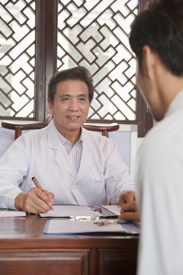 Doktor Meeting med en patient arkivfoton