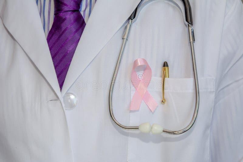 Doktor mit den Armen kreuzte tragendes Brustkrebs-Bewusstseinsband stockbilder