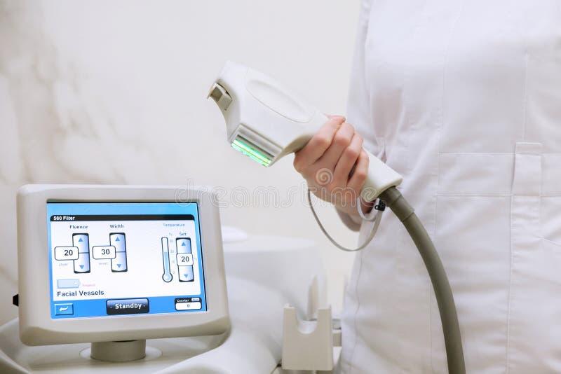 Doktor mit der Laser-Ausrüstung lizenzfreies stockfoto