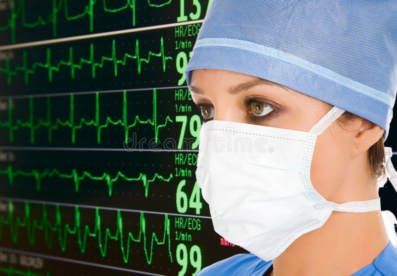 Doktor mit ecg Überwachungsgerät stockfoto