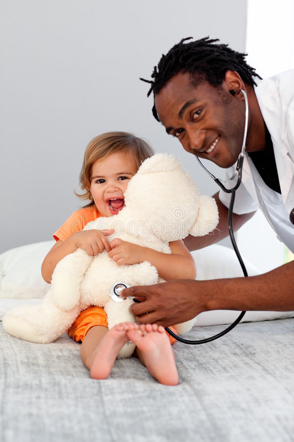 Doktor mit einem Kind in einem Krankenhaus stockfotografie