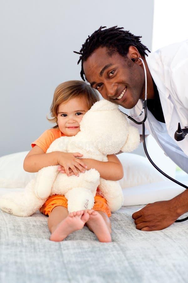 Doktor mit einem Kind in einem Krankenhaus stockfotos