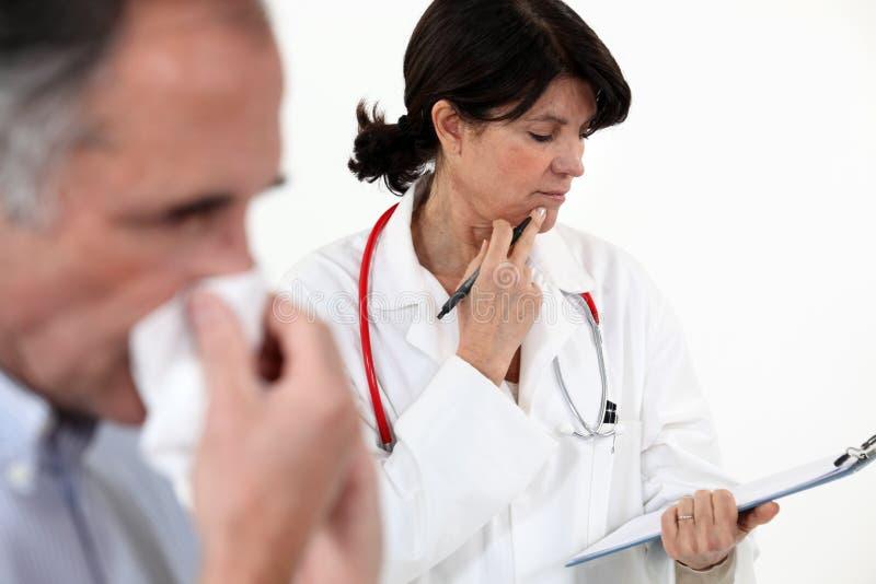 Doktor mit einem Patienten lizenzfreie stockfotografie