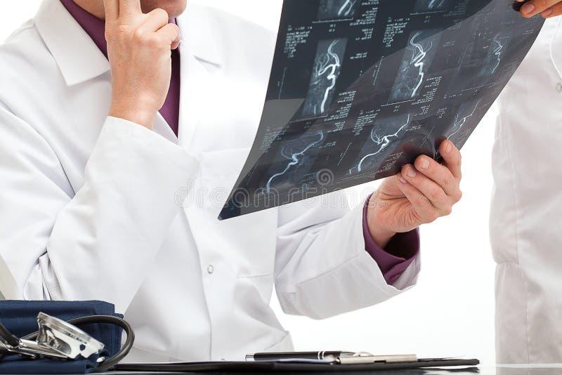 Doktor mit einem Scan lizenzfreies stockbild