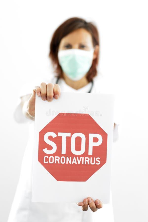 Doktor mit einem Stopp-Coronavirus-Schild lizenzfreies stockfoto