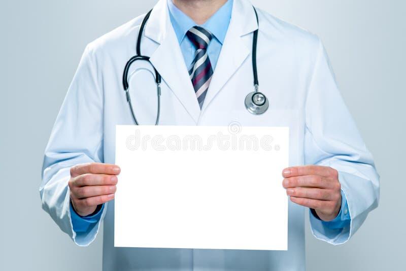Doktor mit einer leeren weißen Fahne stockfoto