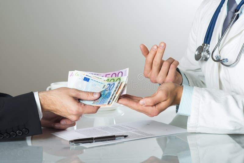 Doktor mit Geld lizenzfreies stockfoto