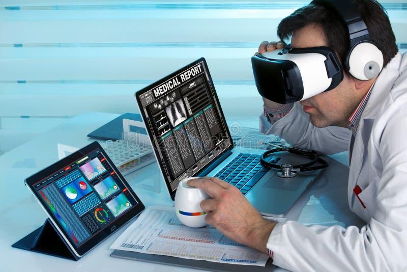 Doktor mit Gläsern und Computern vr der virtuellen Realität, die herein arbeiten stockbilder