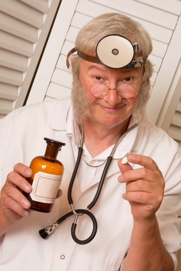 Doktor mit großer Pille lizenzfreie stockbilder