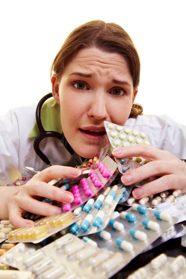 Doktor mit Haufen der Pillen lizenzfreie stockfotografie