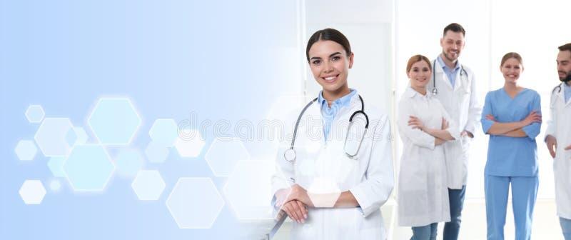 Doktor mit Kollegen in der Klinik ?rztliche Bem?hung stockfotos