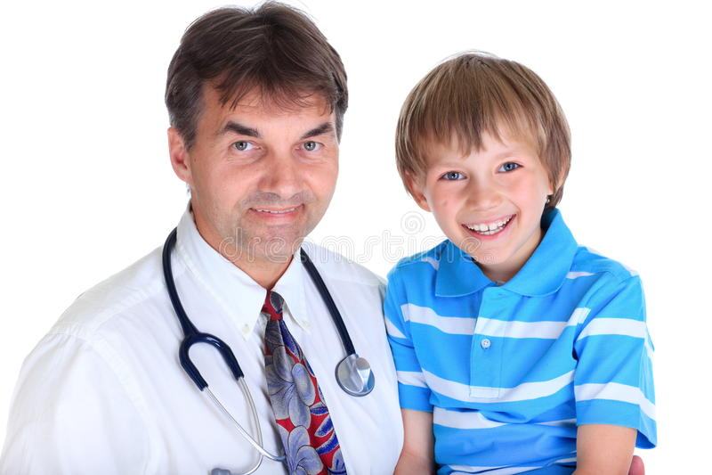 Doktor mit lächelndem Jungen stockfotos