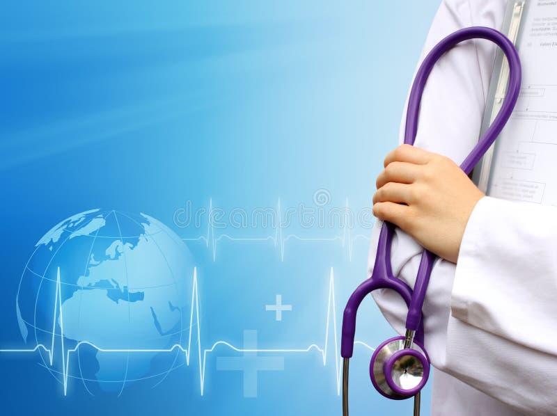 Doktor mit medizinischem blauem Hintergrund lizenzfreies stockbild
