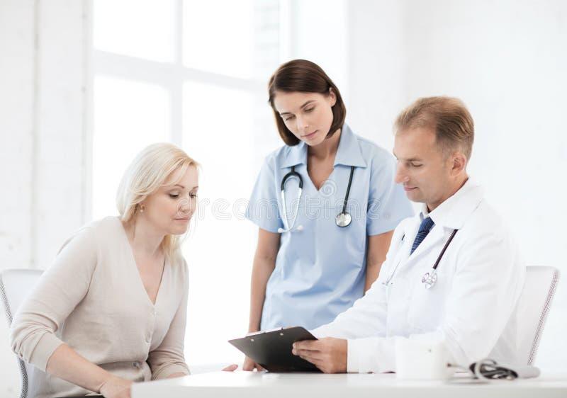 Doktor mit Patienten im Krankenhaus lizenzfreies stockfoto