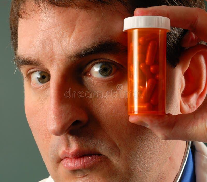 Doktor mit Pillen stockfotos