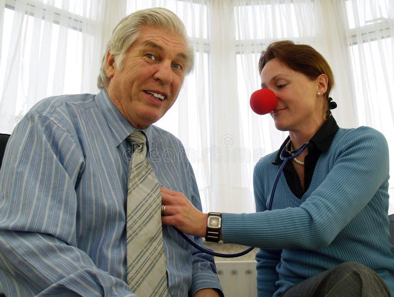 Doktor mit roter Wekzeugspritze stockbild