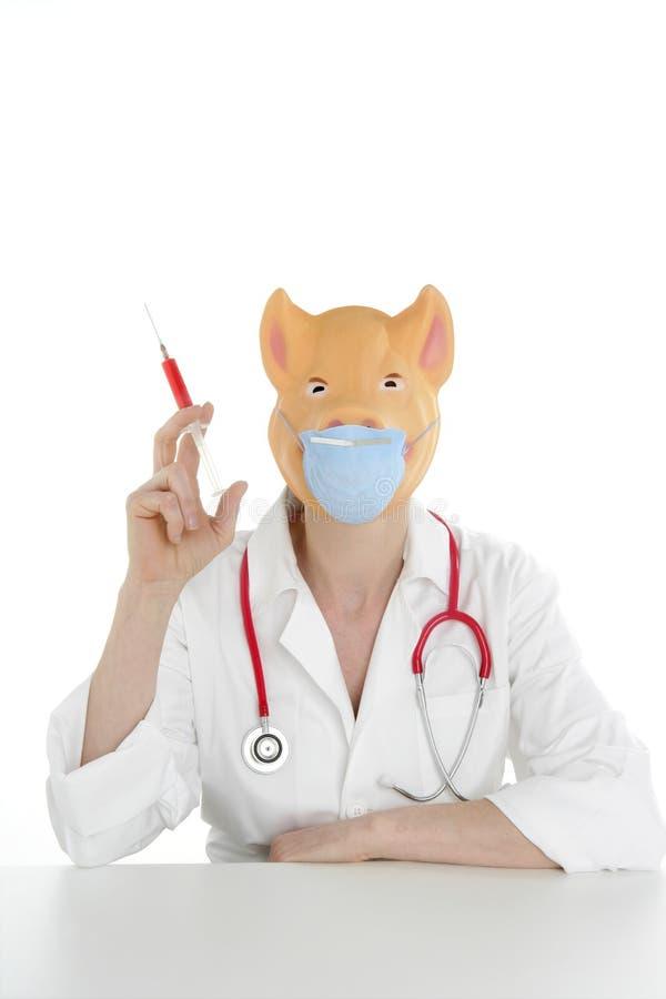 Doktor mit Schweinschablone und roter Spritze lizenzfreies stockfoto